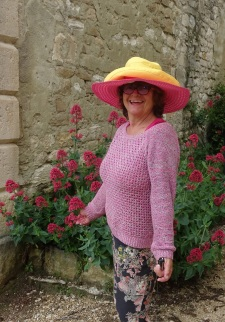 Tess in two hats in Murs